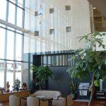 3階までの明るく広い開放的な空間は、憩いと安らぎの中での交流の場を提供します。