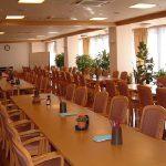 日当たりの良い明るく広い食堂では、栄養バランスのとれたメニュー豊富な食事を提供します。